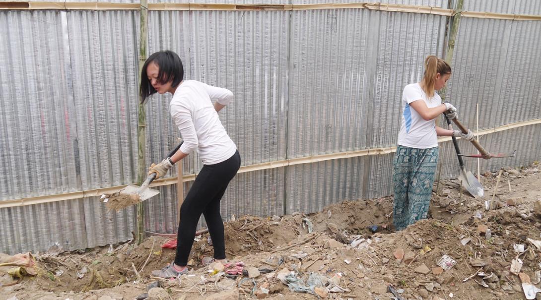 ネパールで学校再建に取り組む女子高校生ボランティア